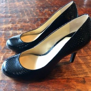 Gianni Bini Black Snakeskin round toe pumps